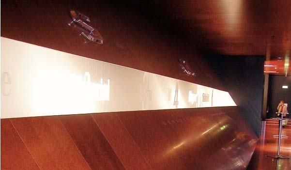 невидимые колонки для музея находятся под панелями из красного дерева