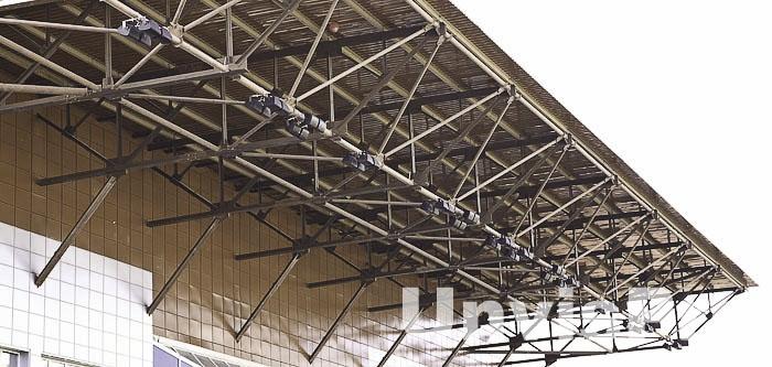 Монтаж звукового оборудования на стадионе с использованием козырька трибун