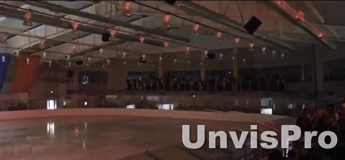 Световое и звуковое оборудование на ледовой арене для фигурного катания