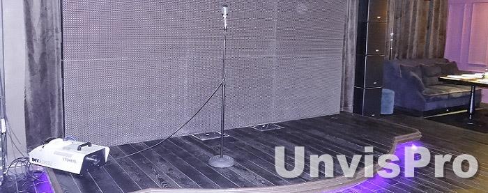 Оборудование сцены для караоке: микрофоны, экран, свет