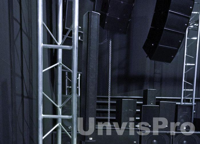 Вертикальные линейные масивы в шоу-руме